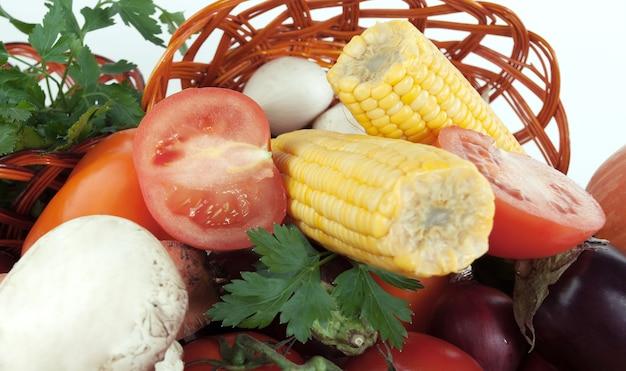 Closeup.a verscheidenheid van maïs en verse groenten.isolated op een witte