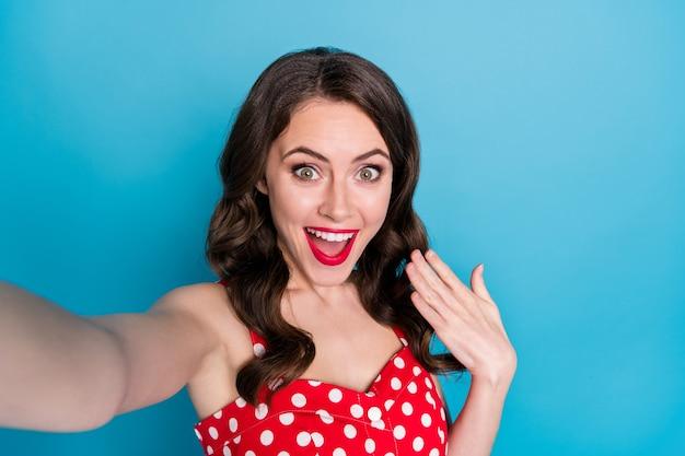 Closeup aantrekkelijke mooie dame glimlachend selfies maken