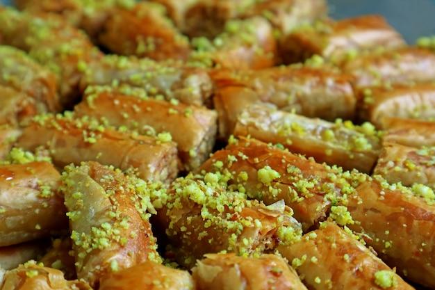 Closeup baklava gebak gegarneerd met gehakte pistachenoten