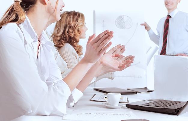 Closeup.business team applaudisseren de spreker op een zakelijke conferentie