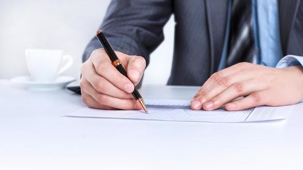 Closeup.businessman werken met documenten zitten aan een desk.isolated op witte achtergrond