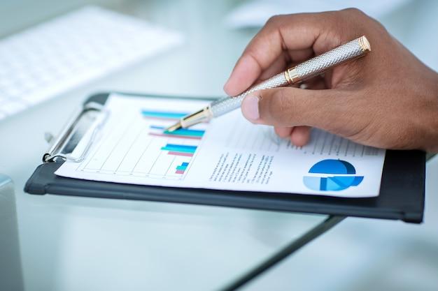 Closeup.businessman werken met een financieel schema. bedrijfsconcept