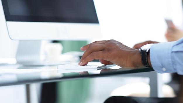 Closeup.businessman werkt op de computer. foto met kopie ruimte. mensen en technologie
