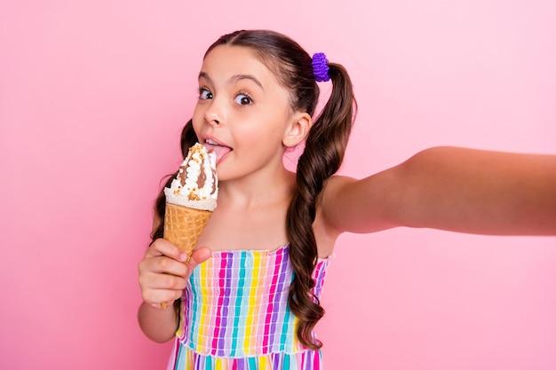 Closeup grappige dame twee lange staarten houden eten grote kegel gelato crème selfies maken