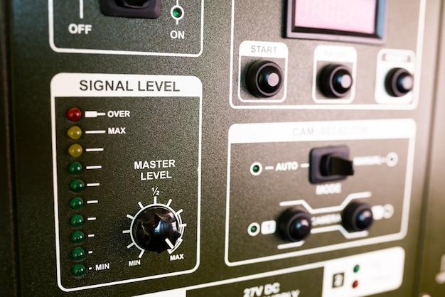 Closeup groen paneel van televisieapparatuur in een telecentrum. film- en televisieproductieconcept. studioconcept