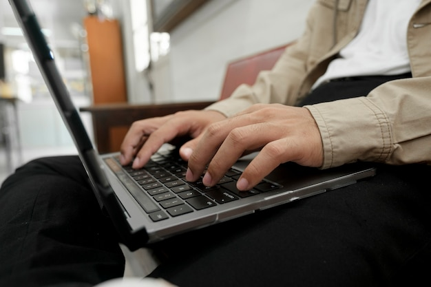 Closeup hand codering programmering computersoftware