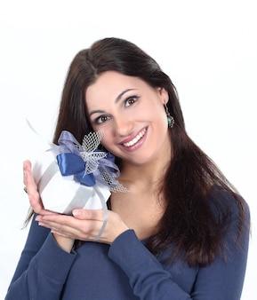 Closeup.happy jonge vrouw met cadeau .isolated op witte achtergrond