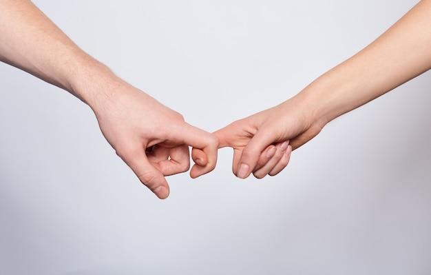 Closeup jonge handen vasthouden aan elkaar