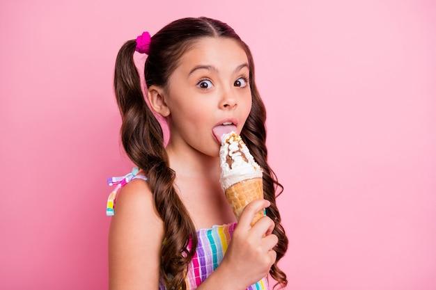 Closeup kleine dame houdt grote kegel ijs lik verrastlick
