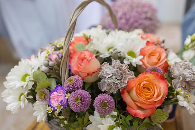 Closeup kleurrijk lenteboeket met veel verschillende bloemen gelei