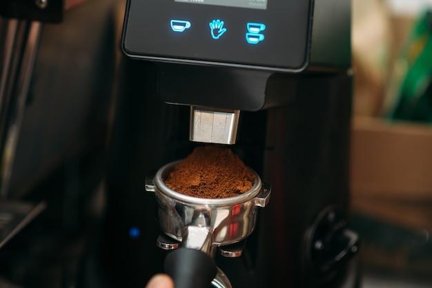 Closeup koffiemachine aan het werk.