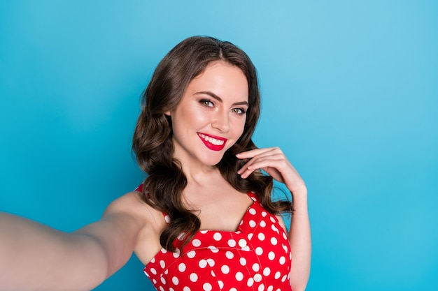 Closeup mooie dame glanzende pommade glimlachend selfies blogger maken
