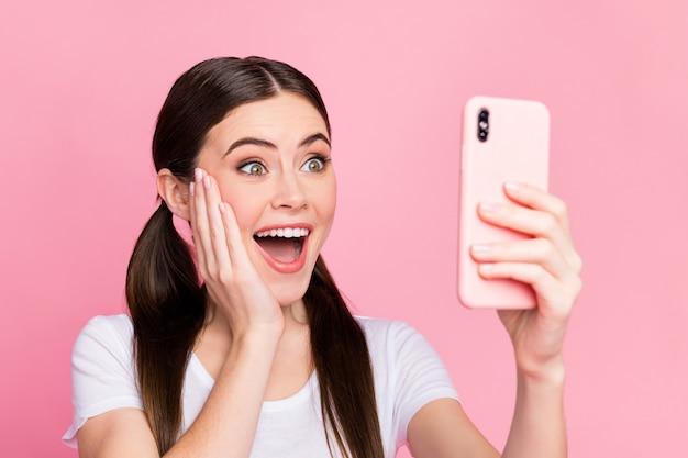 Closeup mooie dame houdt telefoon opgewonden emoties excited