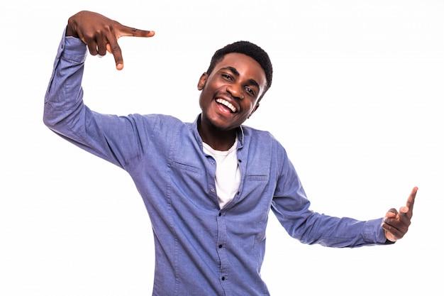 Closeup portret gelukkig, opgewonden, succesvolle jonge man die vrede, overwinning of twee teken, geïsoleerde witte muur geeft. positieve emoties, gezichtsuitdrukkingen, gevoelens, houding, reactie, perceptie