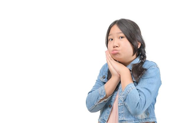 Closeup portret meisje gebaren met beroep emotie geïsoleerd witte achtergrond. positieve emoties, gezichtsuitdrukkingen, gevoelens, tekens symbolen, lichaamstaal