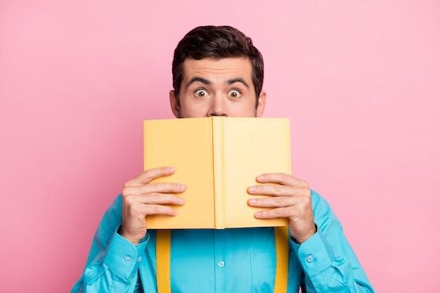 Closeup portret van bang bebaarde man verstopt achter dagboek