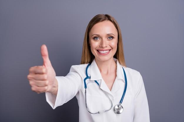 Closeup portret van blond meisje doc arts duim opgevend