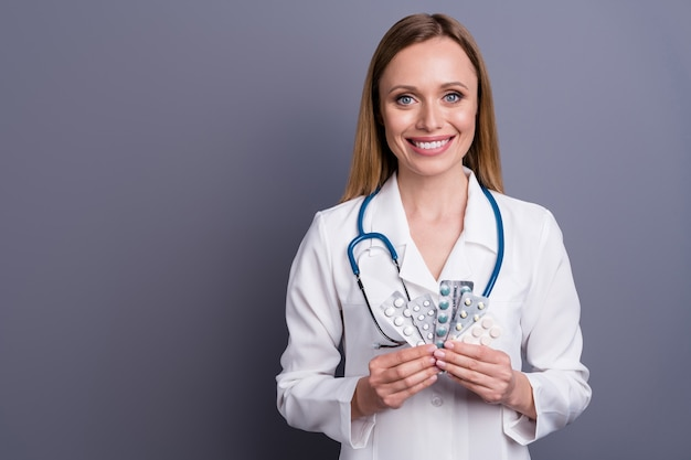 Closeup portret van blond meisje doc specialist drugs aanbevelen