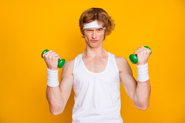 Closeup portret van gemotiveerde man trainen met kleine lichte halter
