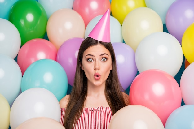 Closeup portret van haar ze mooi aantrekkelijk mooi vrij charmant innemend schattig verbaasd grappig meisjesachtig vrolijk vrolijk langharig meisje feestelijke glb steenbolk lippen dragen onder kleurrijke luchtballen