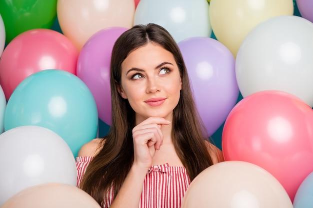 Closeup portret van haar ze mooi aantrekkelijk mooi vrij charmant schattig dromerig nieuwsgierig langharig meisje kin aanraken denken onder kleurrijke luchtballen cadeau idee creëren
