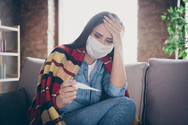 Closeup portret van haar ze mooi aantrekkelijk ziek bezorgd depressief brunette meisje zittend op divan meten hoge temperatuur griep rookkanaal slecht gevoel in moderne loft baksteen industrieel huis appartement