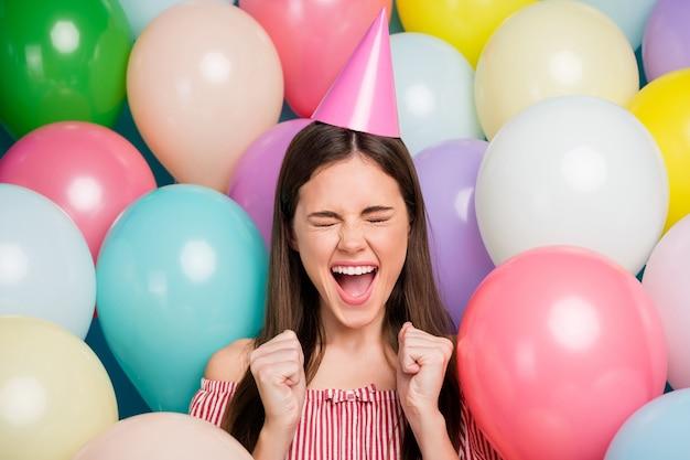 Closeup portret van haar ze mooie aantrekkelijke mooie vrij dolblij verbaasd vrolijk vrolijk langharige meisje fest met plezier met vuisten onder vele kleurrijke luchtballen vieren