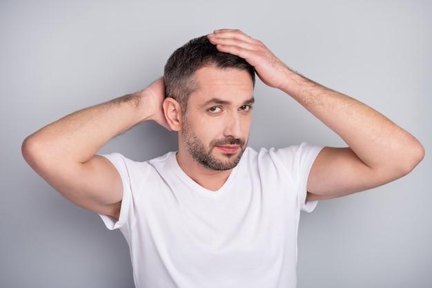Closeup portret van inhoud brunet man aanraken strelen kapsel