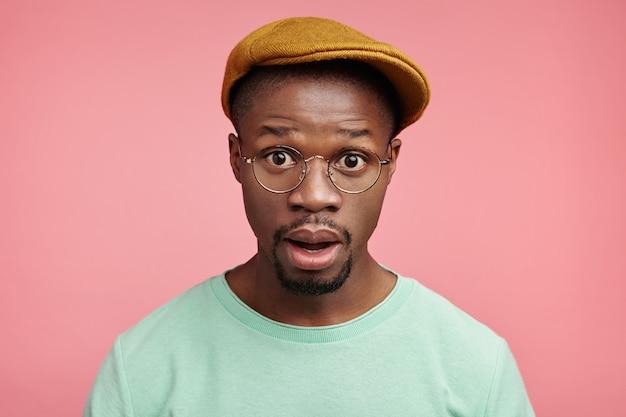Closeup portret van jonge afro-amerikaanse man met hoed