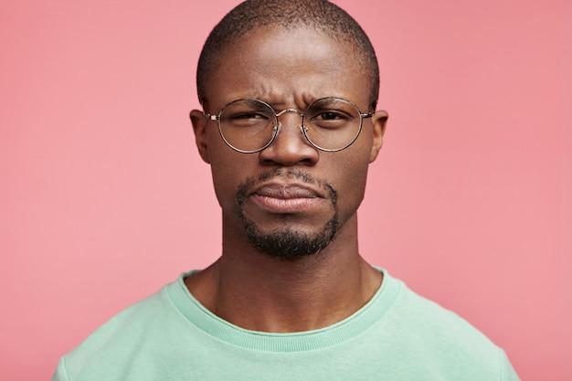 Closeup portret van jonge afro-amerikaanse man