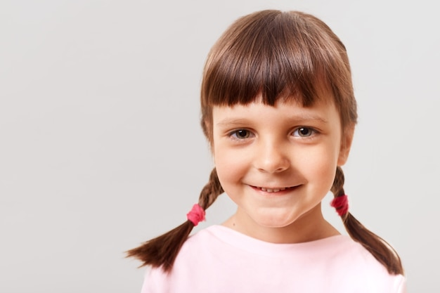 Closeup portret van klein schattig meisje binnenshuis
