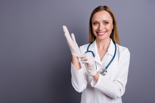 Closeup portret van meisje doc specialist chirurg rubberen handschoenen zetten