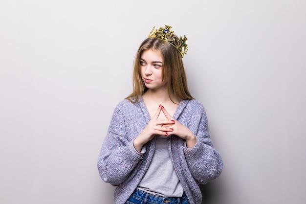 Closeup portret van mooi jong meisje met feestelijke papieren kroon op haar hoofd,
