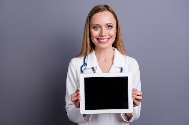 Closeup portret van mooie aantrekkelijke inhoud blonde meisje doc therapeut tablet