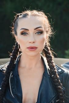 Closeup portret van mooie jonge vrouw met vlechten hair