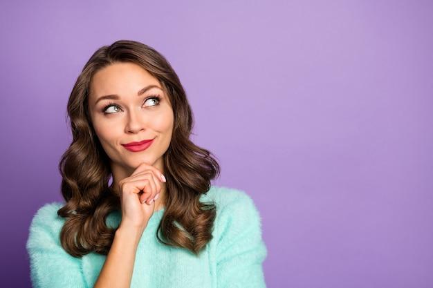Closeup portret van mooie krullende dame dromer lege ruimte opzoeken onthoud laatste romantische date arm op kin draag casual blauwgroen pluizige pullover.