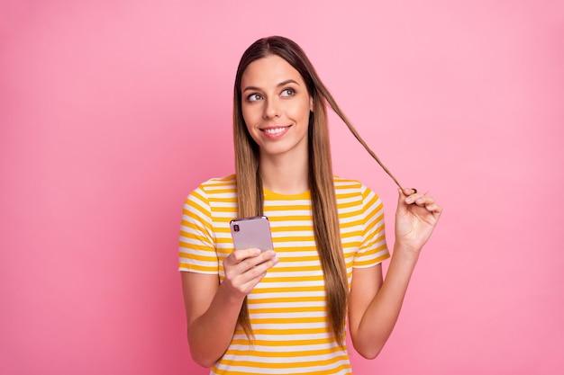 Closeup portret van nieuwsgierig vrolijk meisje met behulp van cell play curl
