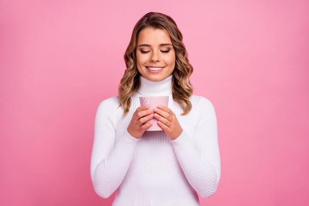 Closeup portret van vrij schattig vrolijk dromerig meisje koffie drinken drinking