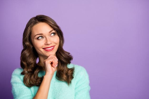 Closeup portret van vrolijke dame dromer lege ruimte opzoeken onthoud laatste romantische date arm op kin draag casual blauwgroen pluizige pullover.