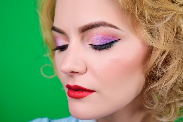 Closeup portret van vrouwen make-up in pin-up stijl pinup kleding portret van mooie blonde pin-up