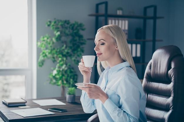 Closeup profiel zijaanzicht portret van dromerig meisje koffie drinken
