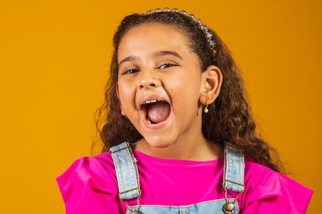 Closeup schattig kind met gelukkig golvend haar.