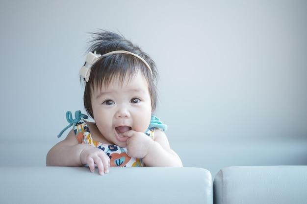Closeup schattige babymeisje in grappige beweging met kopie ruimte