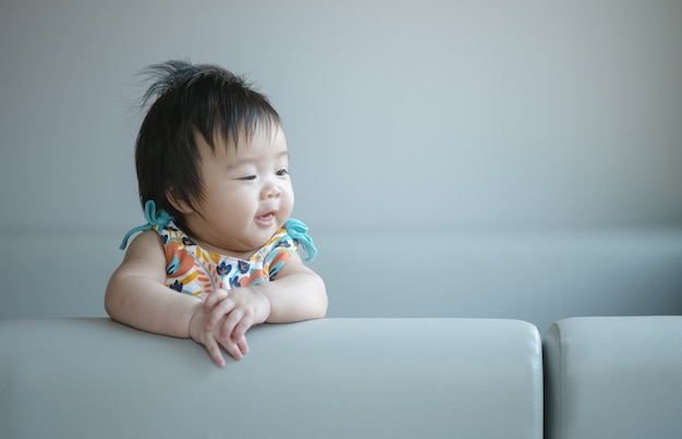 Closeup schattige babymeisje in grappige beweging