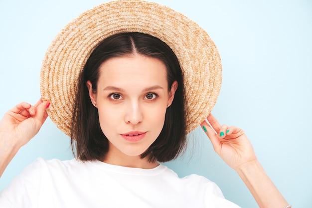 Closeup schoonheidsportret van jonge mooie lachende vrouw in trendy zomer hipster kleding