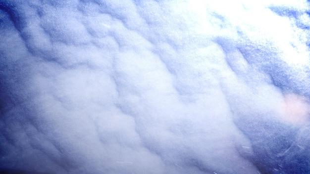 Closeup sneeuw en beweging sneeuwvlokken winter filmische achtergrond. elegante en luxe 3d-illustratiestijl voor films en film