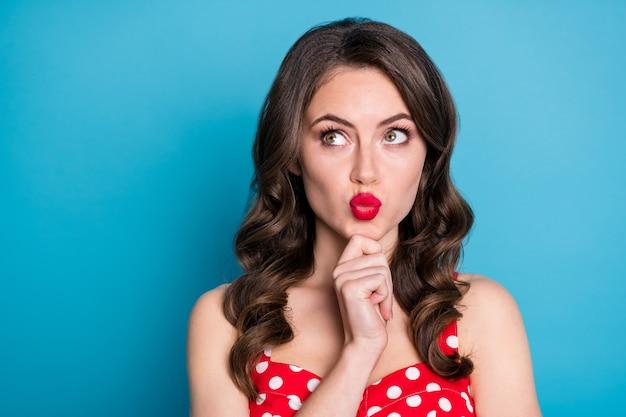Closeup vrij grappige dame opzoeken lege ruimte geïnteresseerd pruillip lippen