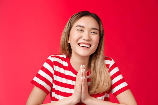 Closeup vrolijk zorgeloos lachen schattig aziatisch meisje hand in hand bidden bedanken vriend helpen grapje glimlach...