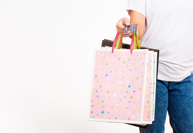 Closeup vrouwen hand met kleurrijke boodschappentas veel pakketten en creditcard
