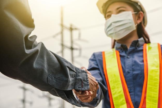 Closeup vrouwen ingenieur schudden hand teamwork op site werk succes, leadership hand shake team
